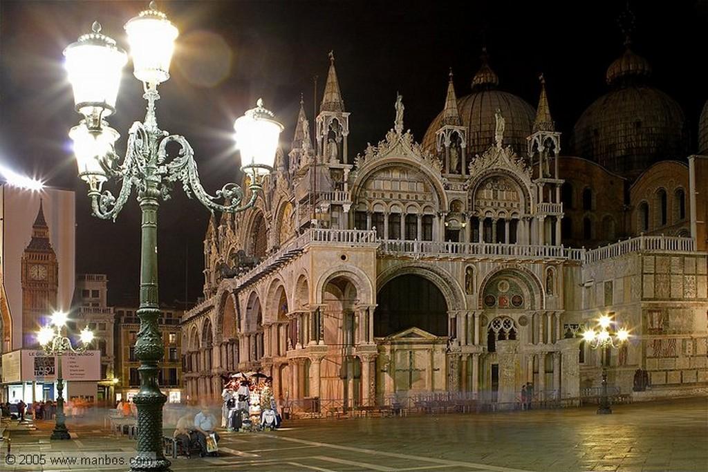 Venecia Muelle de gondolas de noche Venecia