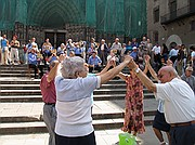 Camara Canon PowerShot G5 Bailando la Sardana a la puerta de la catedral Fin de Semana en Barcelona BARCELONA Foto: 2394