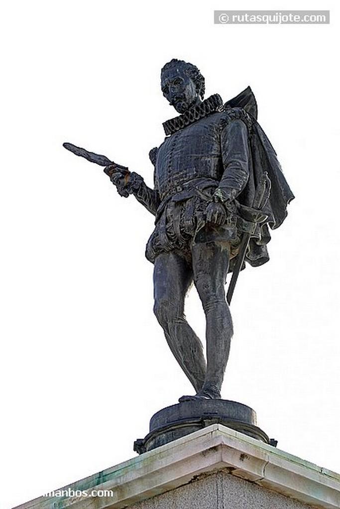 Alcala de Henares Estatua de Cervantes en su plaza Madrid