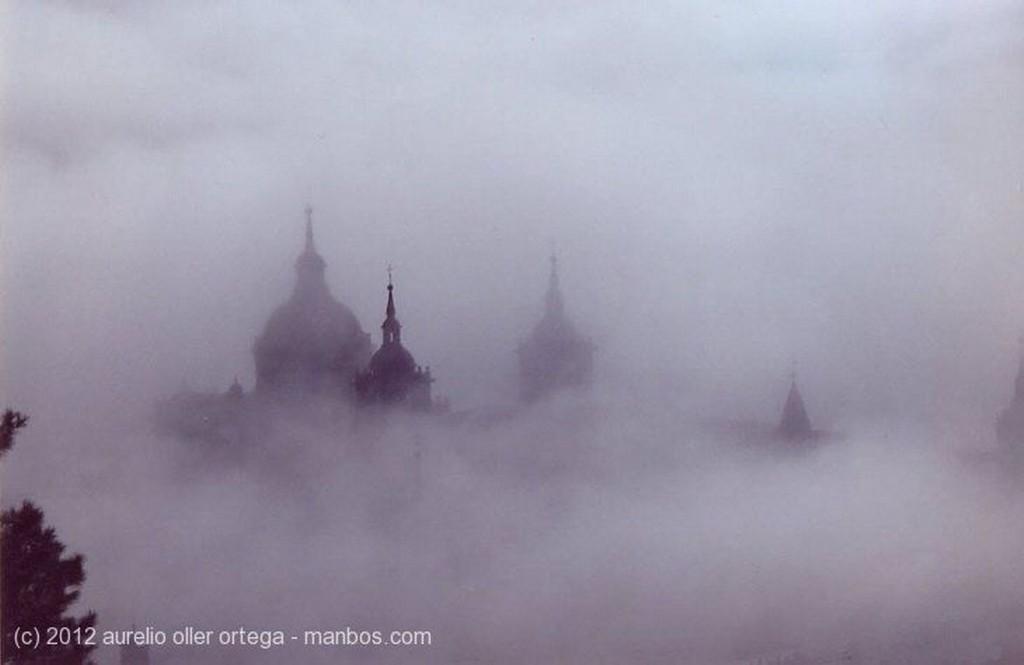Foto de San Lorenzo de El Escorial, Monte de Abantos, Madrid, España - Emergiendo de la niebla