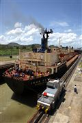 Foto de Panama, Panama - Miraflores Locks Boat Going Through The Miraflores Locks Pacific Ocean