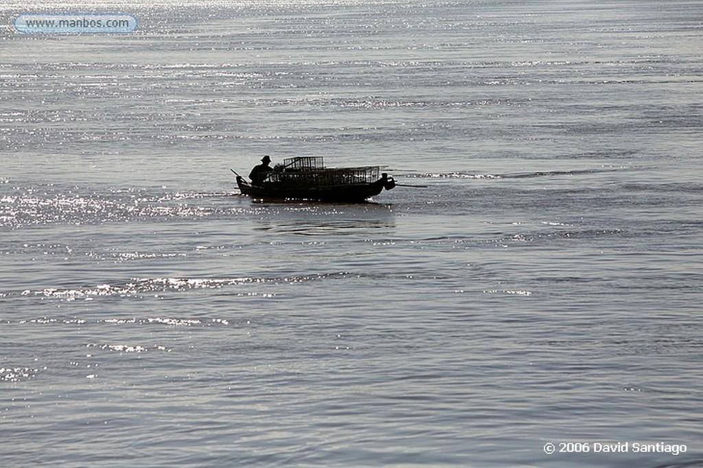 Rio Ayeyarwady Vendedores subiendo a un barco por el Rio Ayeyarwady Myanmar Rio Ayeyarwady