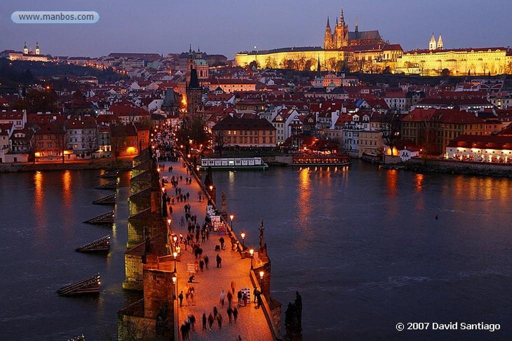 Praga Pescador en el rio Moldava Praga