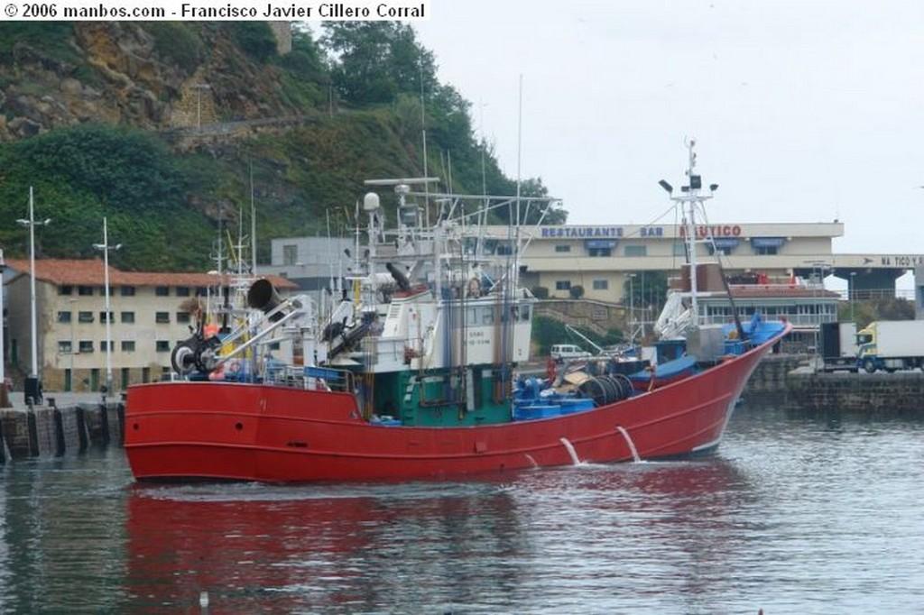 Foto de Getaria, Puerto Getaria, Guipuzcoa, España - Barco pesquero saliendo de puerto