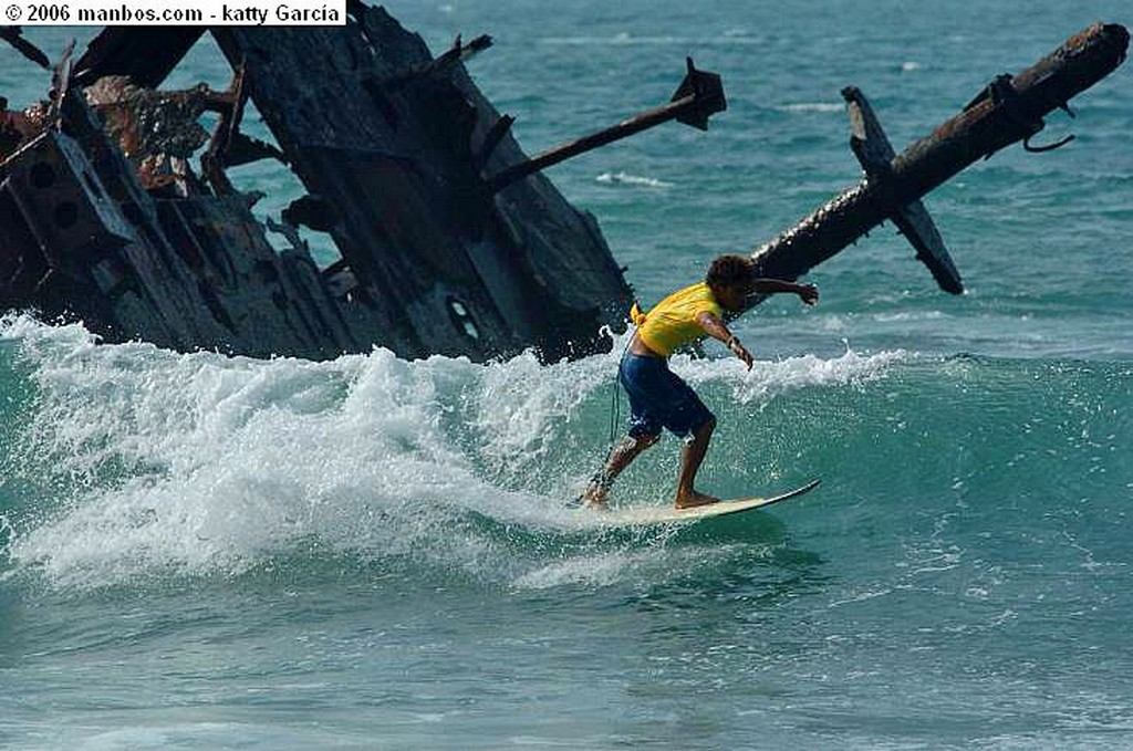 Salinas Surfiando en barco Hundido Guayas