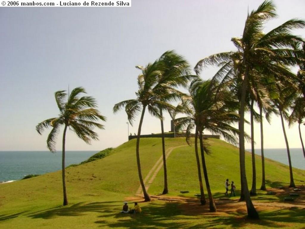 Salvador Forte y faro de la Barra Bahia