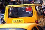 Foto de Estambul, Turquia - Un taksi y un Dolmus (taksi colectivo) en la Avenida Bagdat
