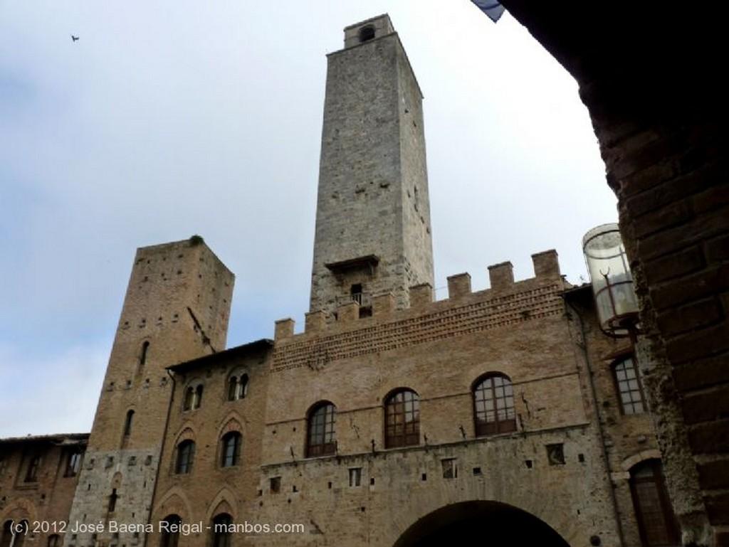 San Gimignano Fachada con farola Siena