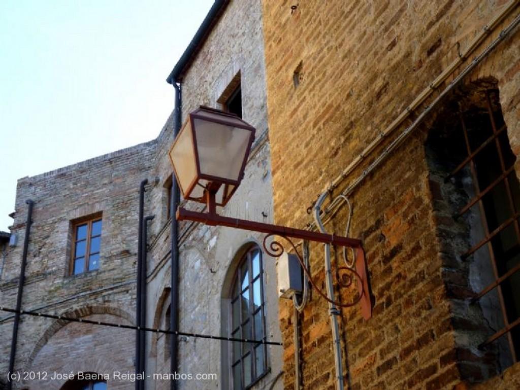 San Gimignano Ventana con geranios Siena
