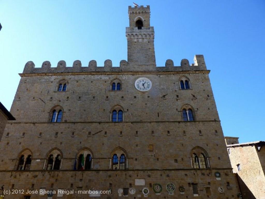 Volterra Fachada con escudos Pisa