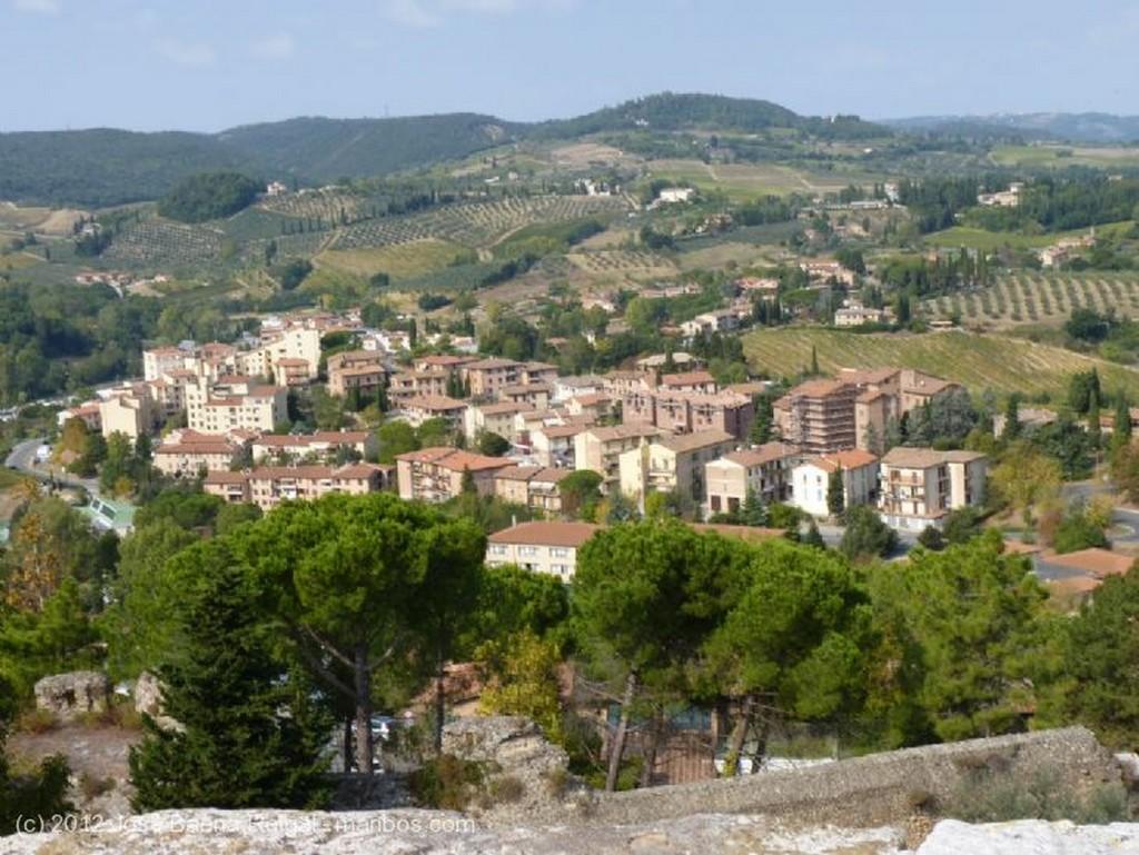 San Gimignano Dos viejos cipreses Siena