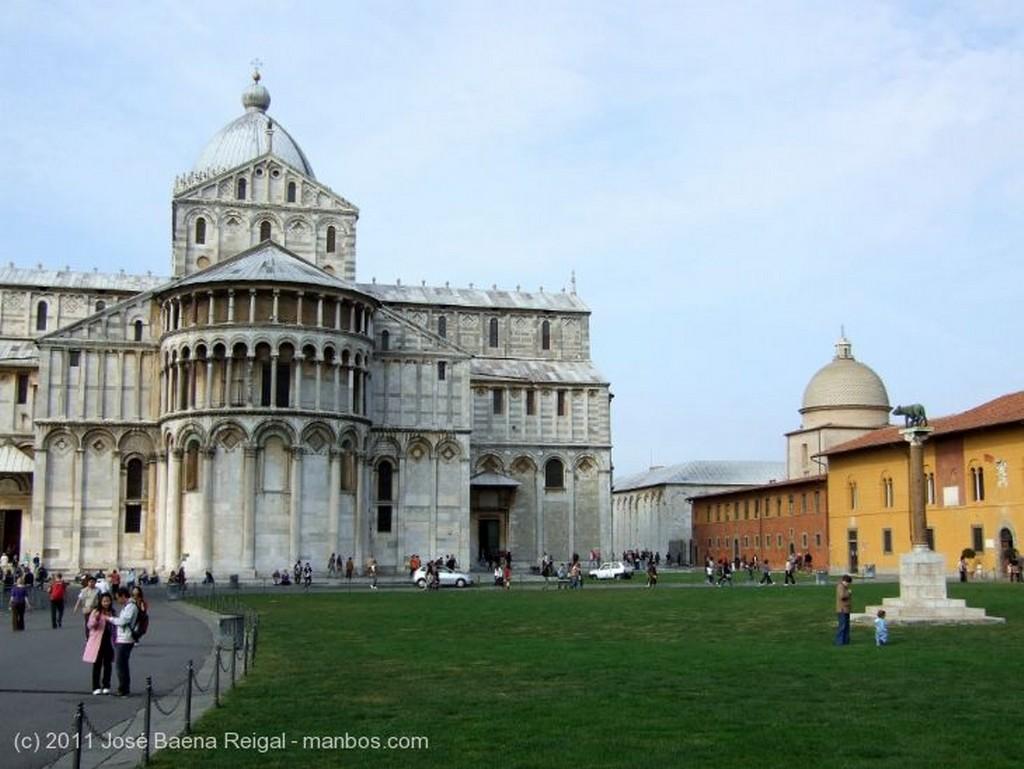 Pisa Detalle de danzantes Toscana
