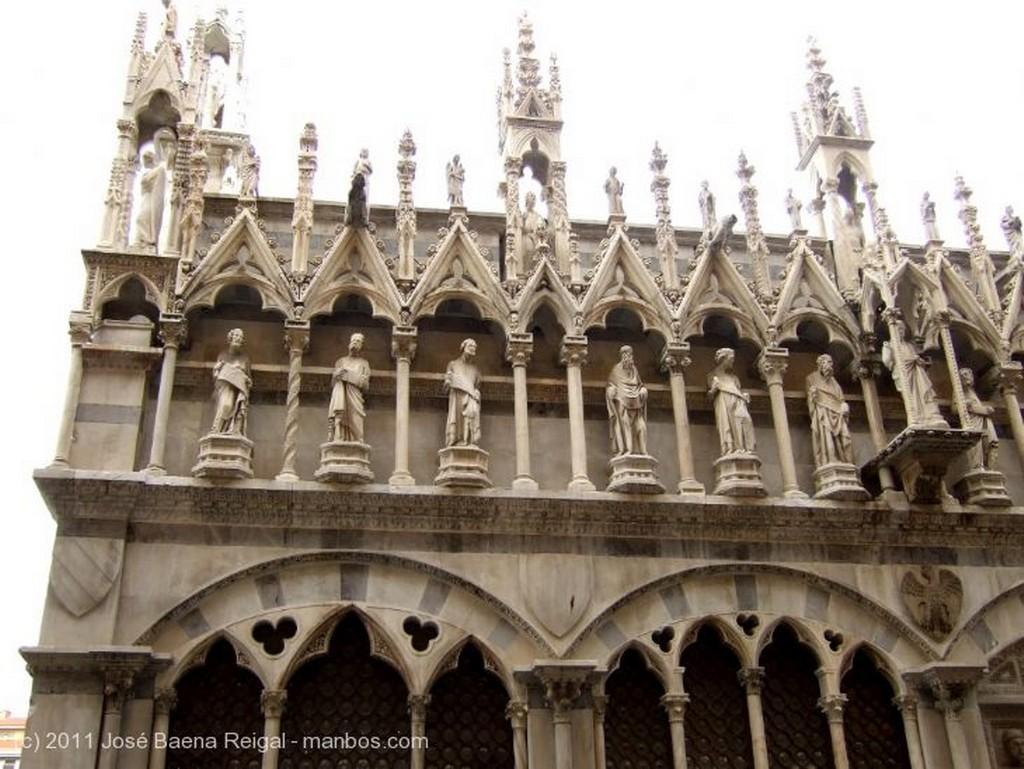 Pisa Capillas fachada lateral Toscana
