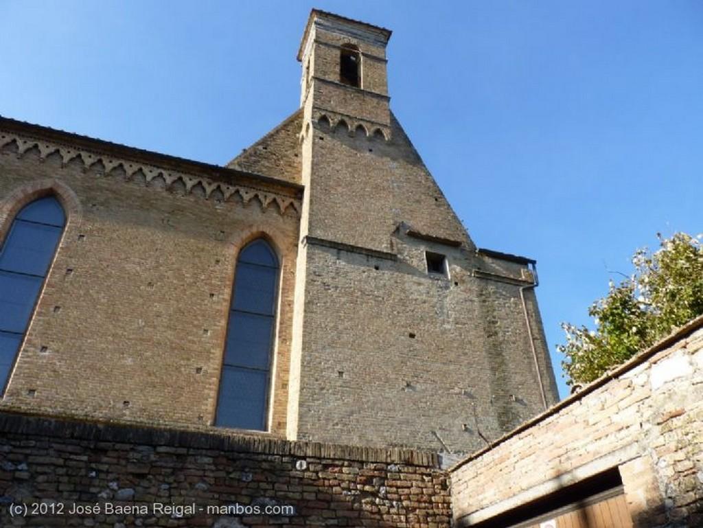 San Gimignano Muro y torre de San Agostino Siena