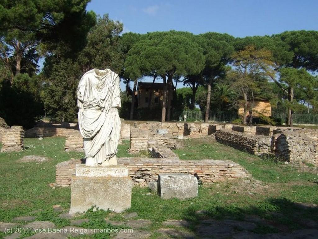 Ostia Antica Camino entre ruinas Roma