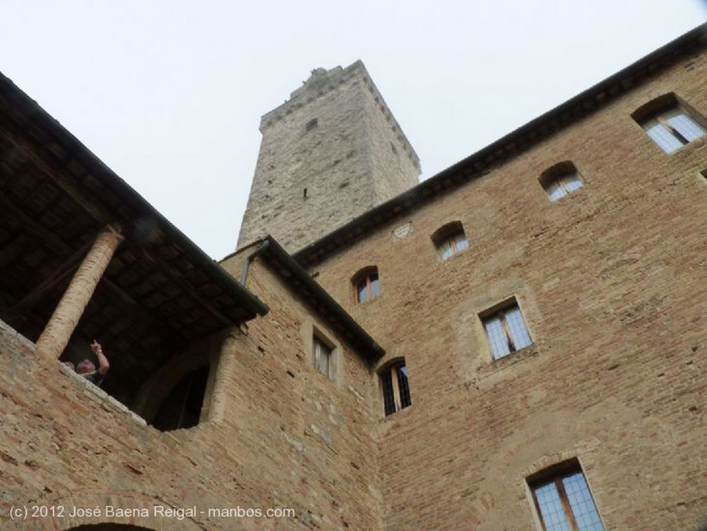 San Gimignano Muros y yedras Siena