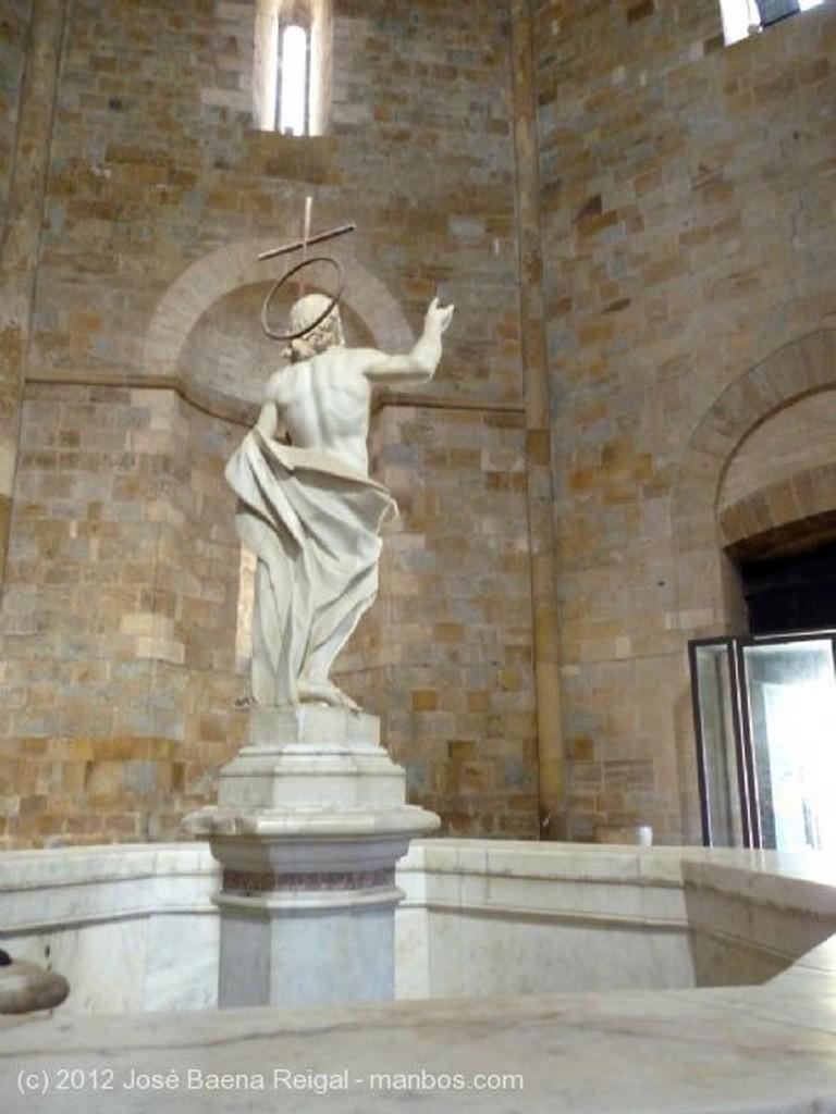 Photo of Volterra, Baptisterio de San Giovanni, Pisa, Italy - Pila bautismal