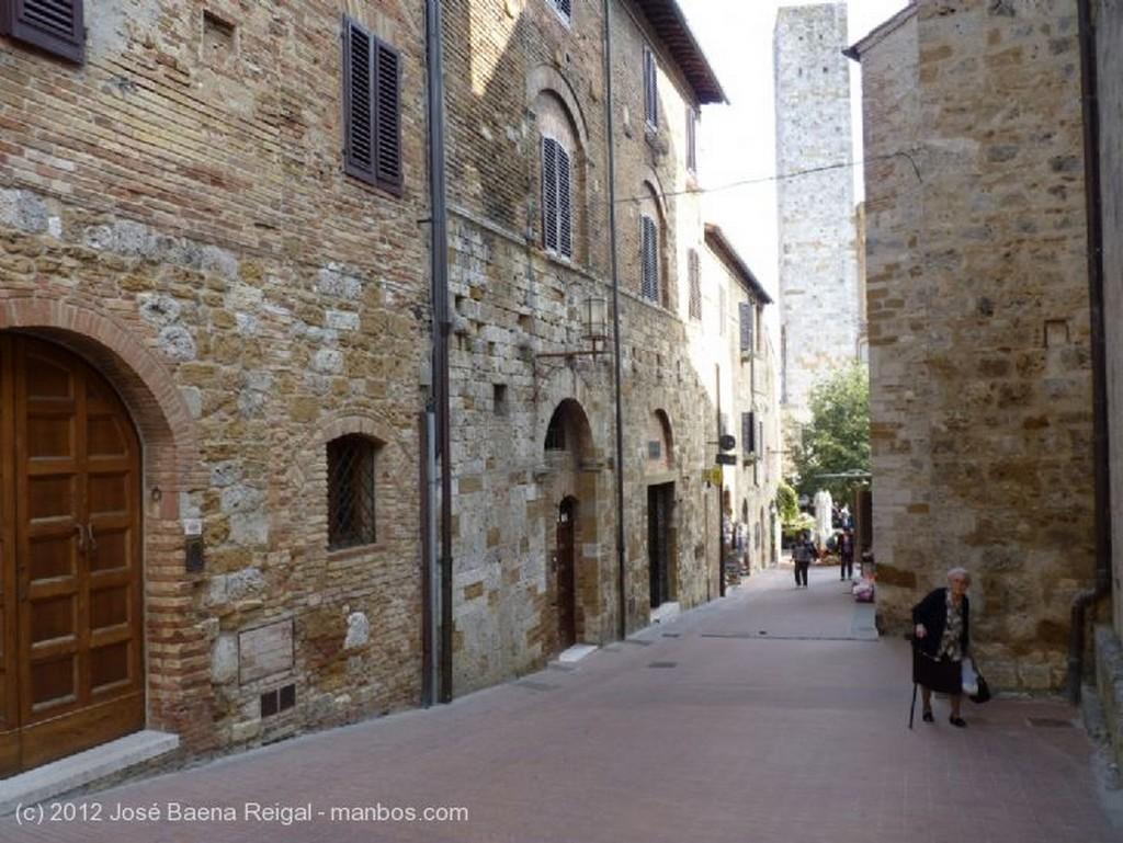 San Gimignano Toldos del mercadillo Siena