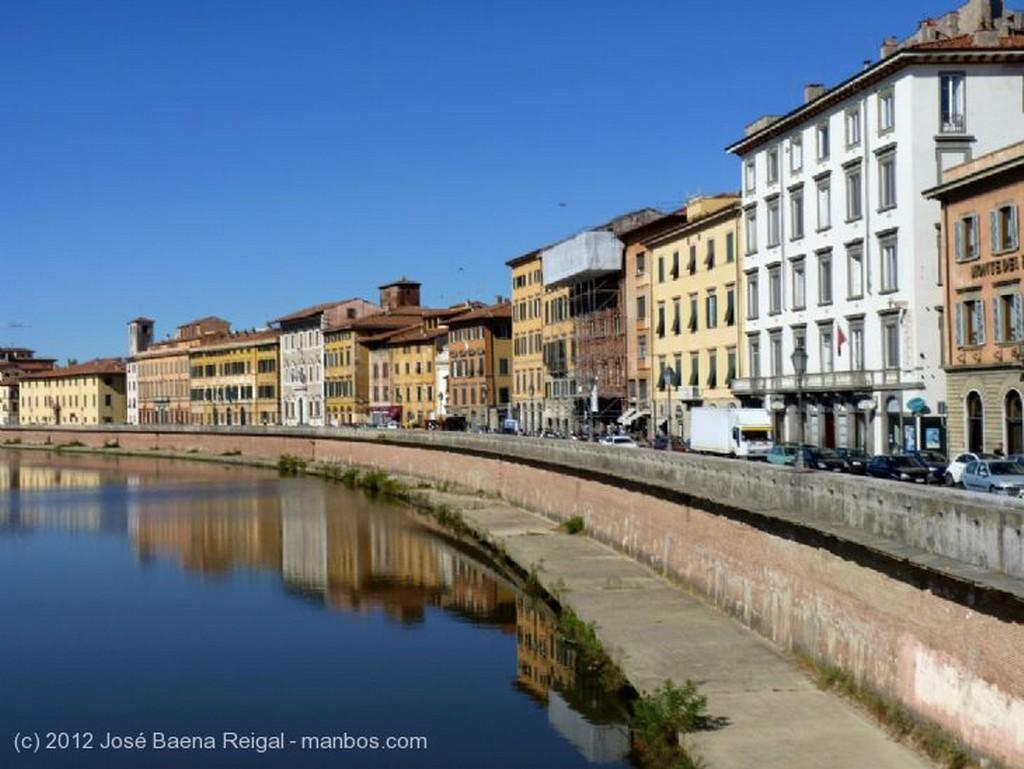 Pisa Mercadillo al sol de octubre Toscana