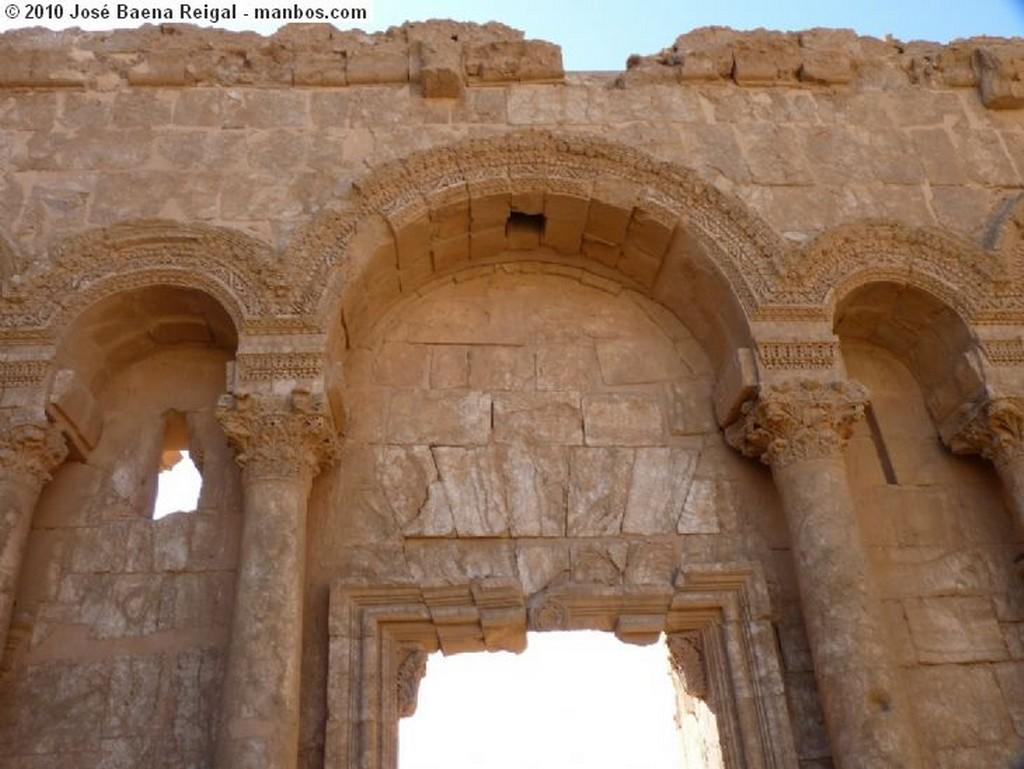Bosra Fachada del antiguo convento Dera