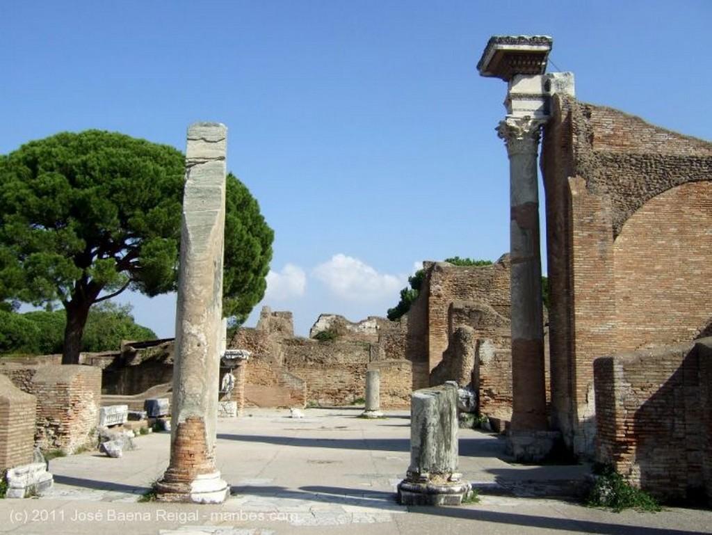 Ostia Antica Ruinas venerables Roma