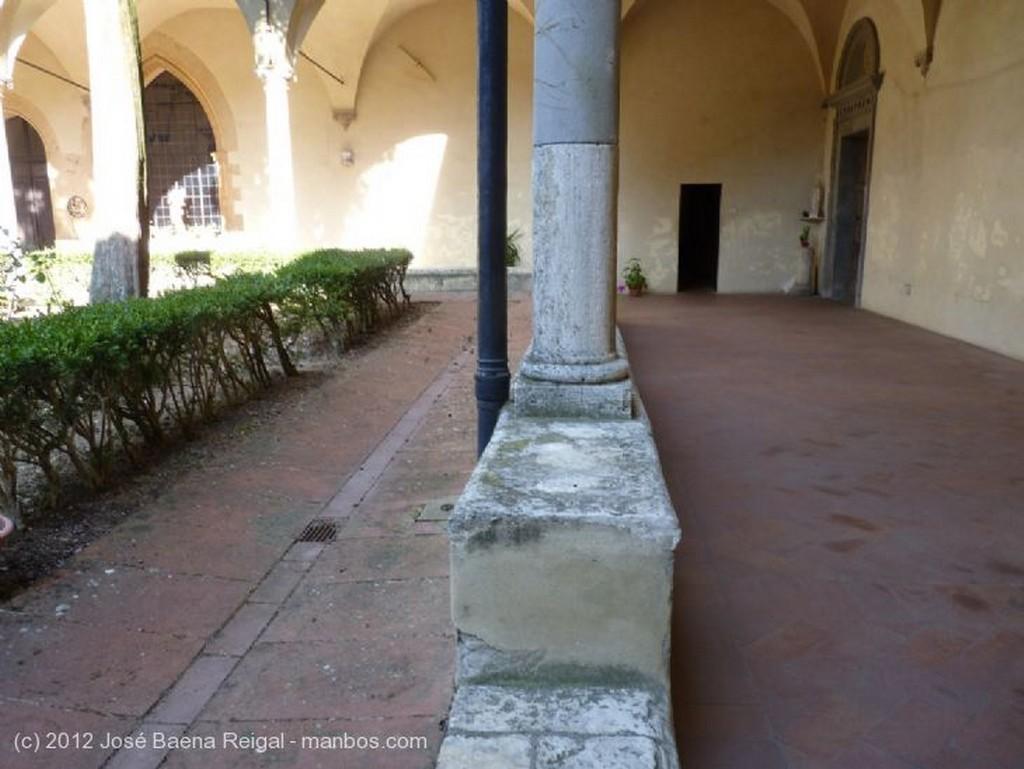 San Gimignano Perfiles del claustro Siena