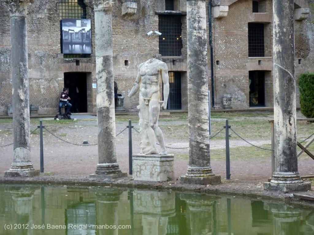 Villa Adriana Peristilo lateral Roma