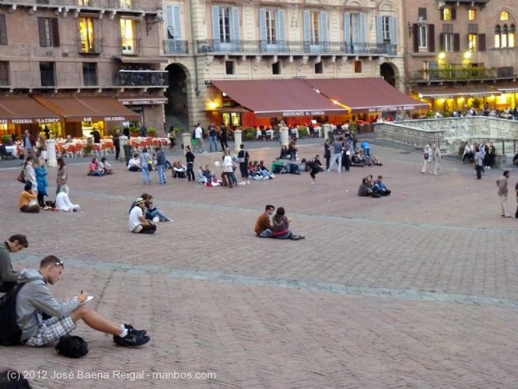 Siena Calle medieval con arco Toscana