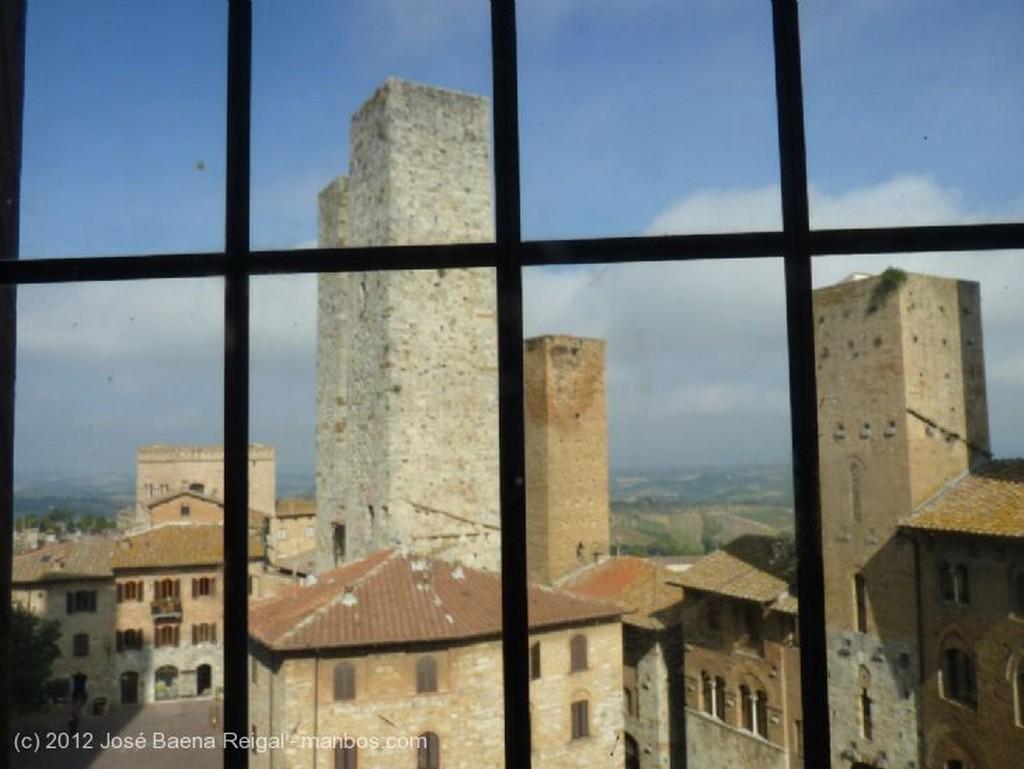 San Gimignano Esquina con farola Siena