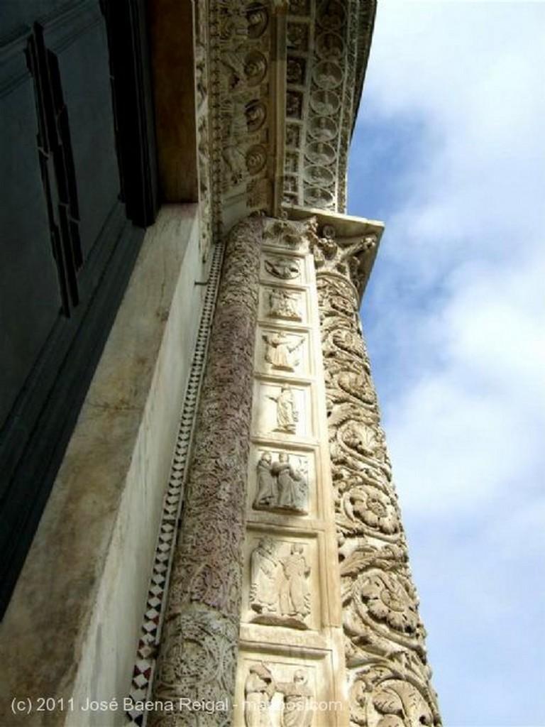 Pisa Timpano de la portada Toscana