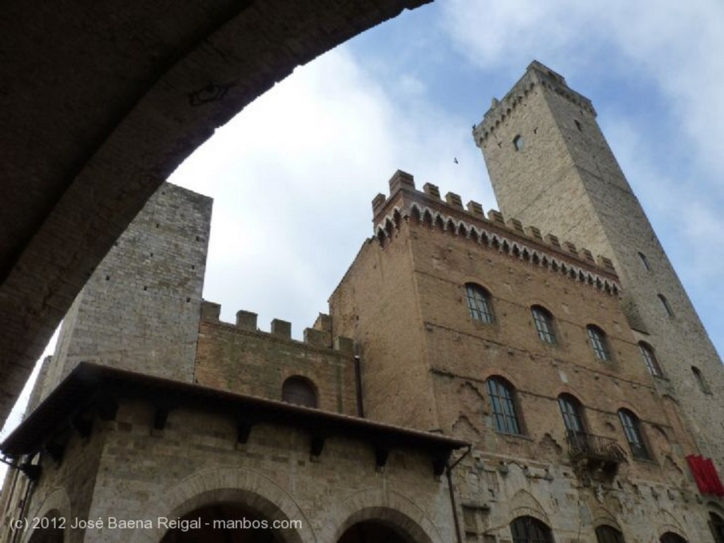 San Gimignano Fachada del siglo XII Siena