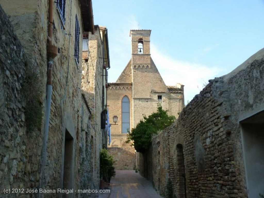 San Gimignano Fachada lateral de San Agostino Siena