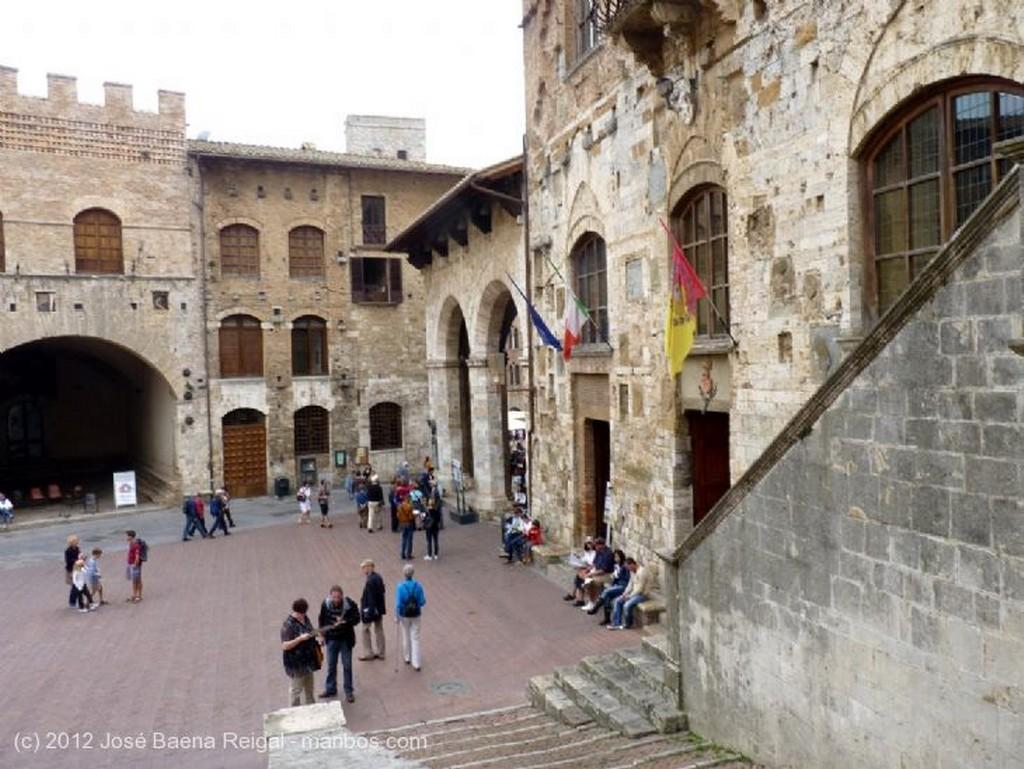 San Gimignano Patio de la Pinacoteca Siena