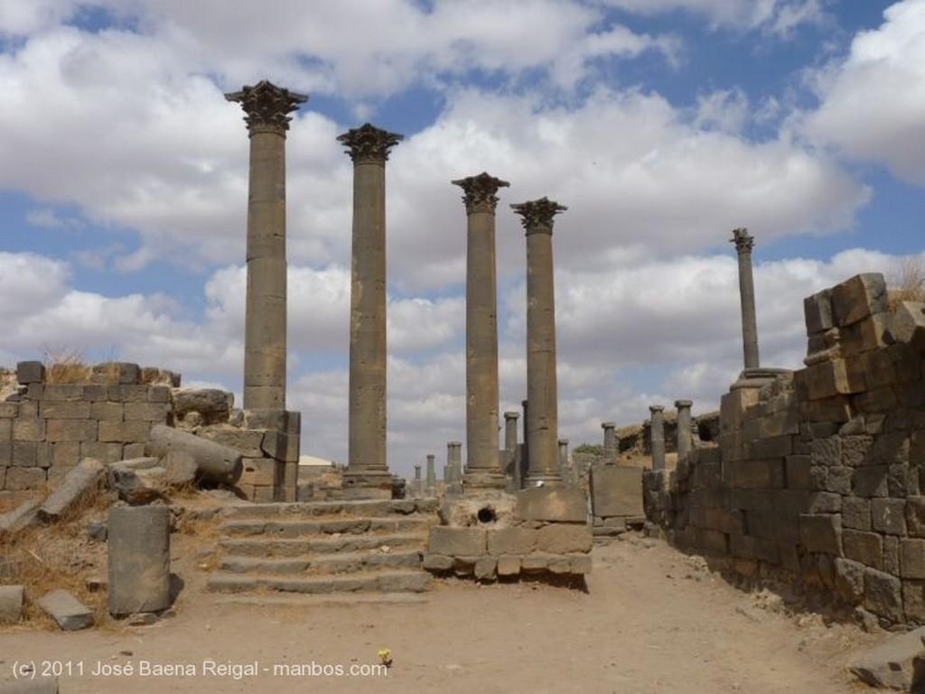 Bosra Muro y columnas del Ninfeo Dera
