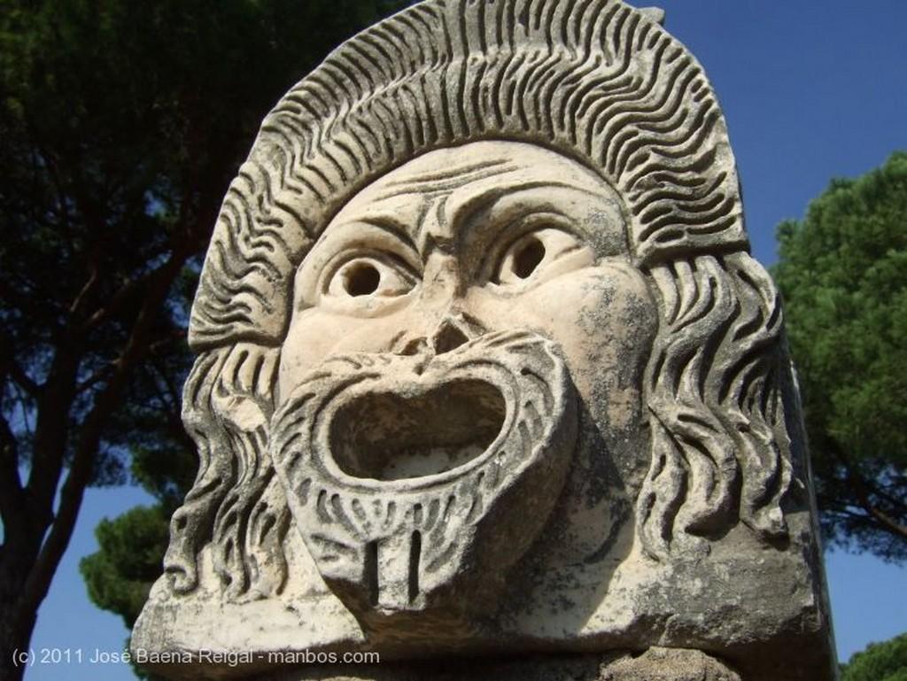 Ostia Antica Mascara y columna Roma