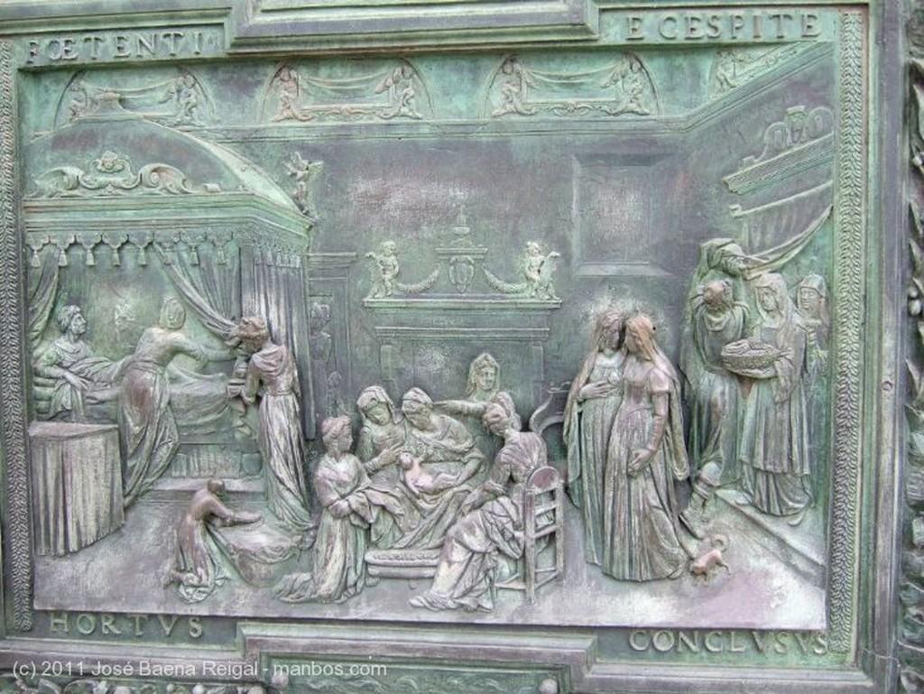Pisa Detalle de la puerta Toscana