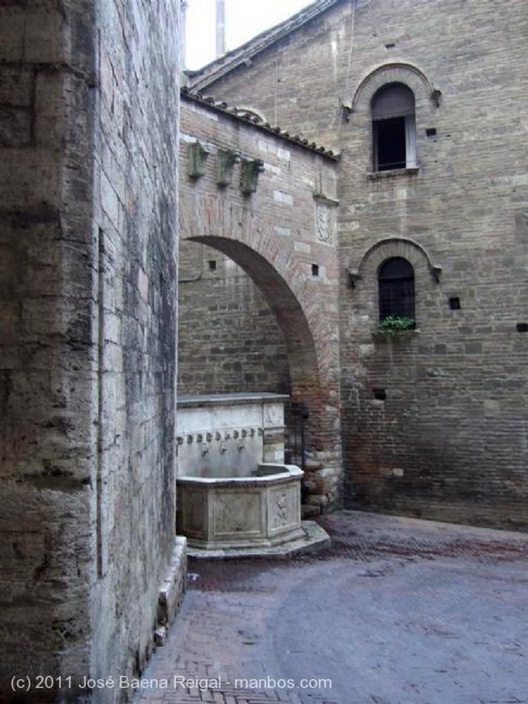 Perugia Bajorrelieve de barro vidriado Umbria