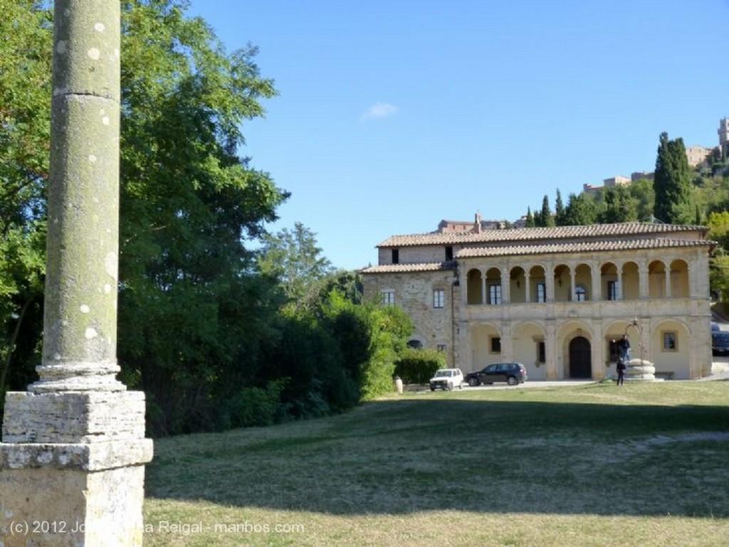 Montepulciano Cupula sobre el azul  Siena