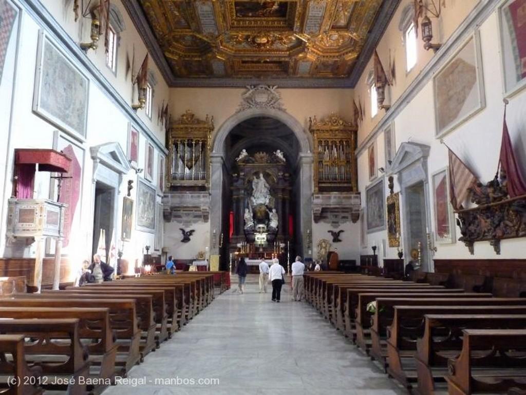 Pisa Artesonado y banderas apresadas Toscana