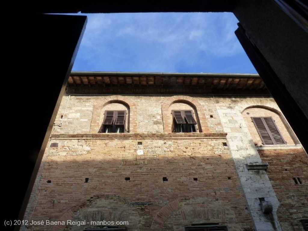 San Gimignano La ventana indiscreta Siena