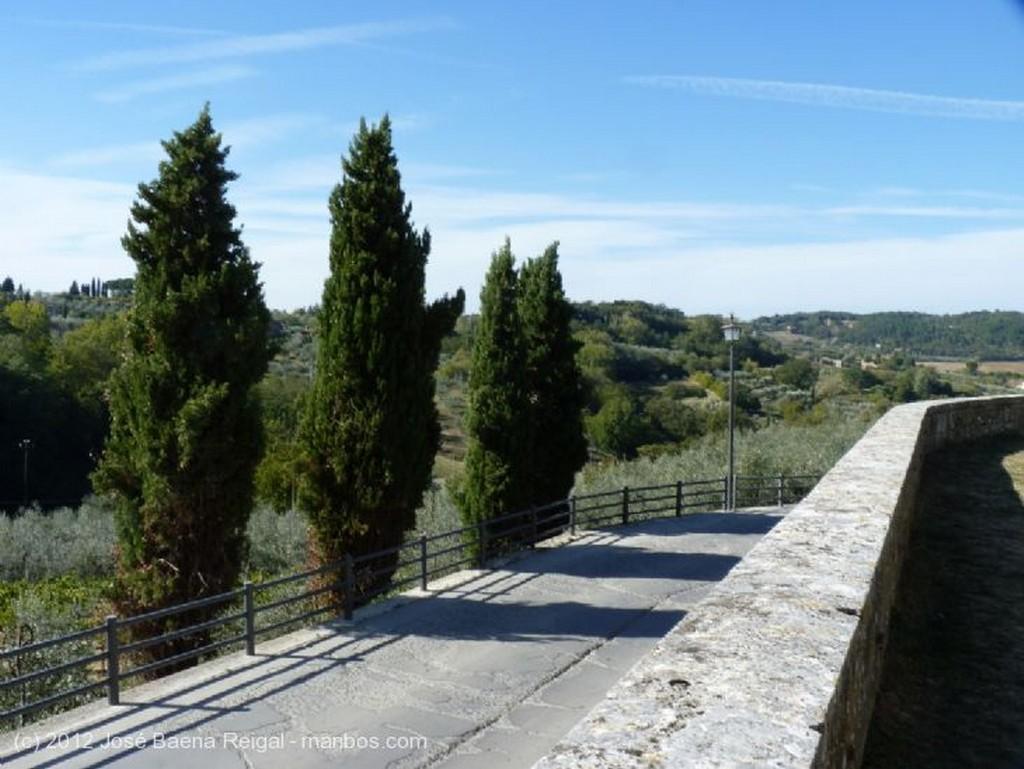 Montepulciano Fachada lateral y torre Siena