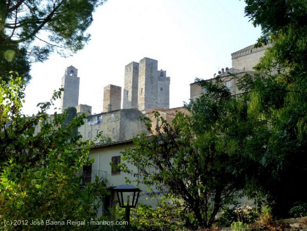 San Gimignano Calle escalonada Siena