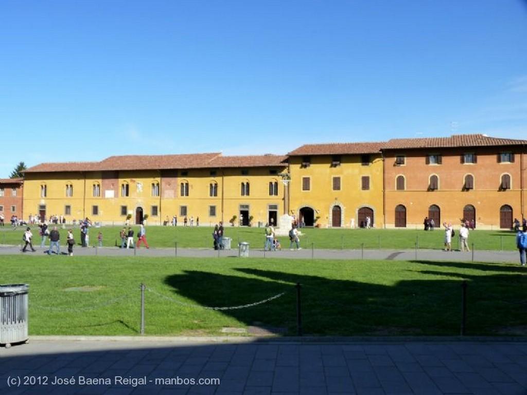 Pisa Torre y cipres Toscana