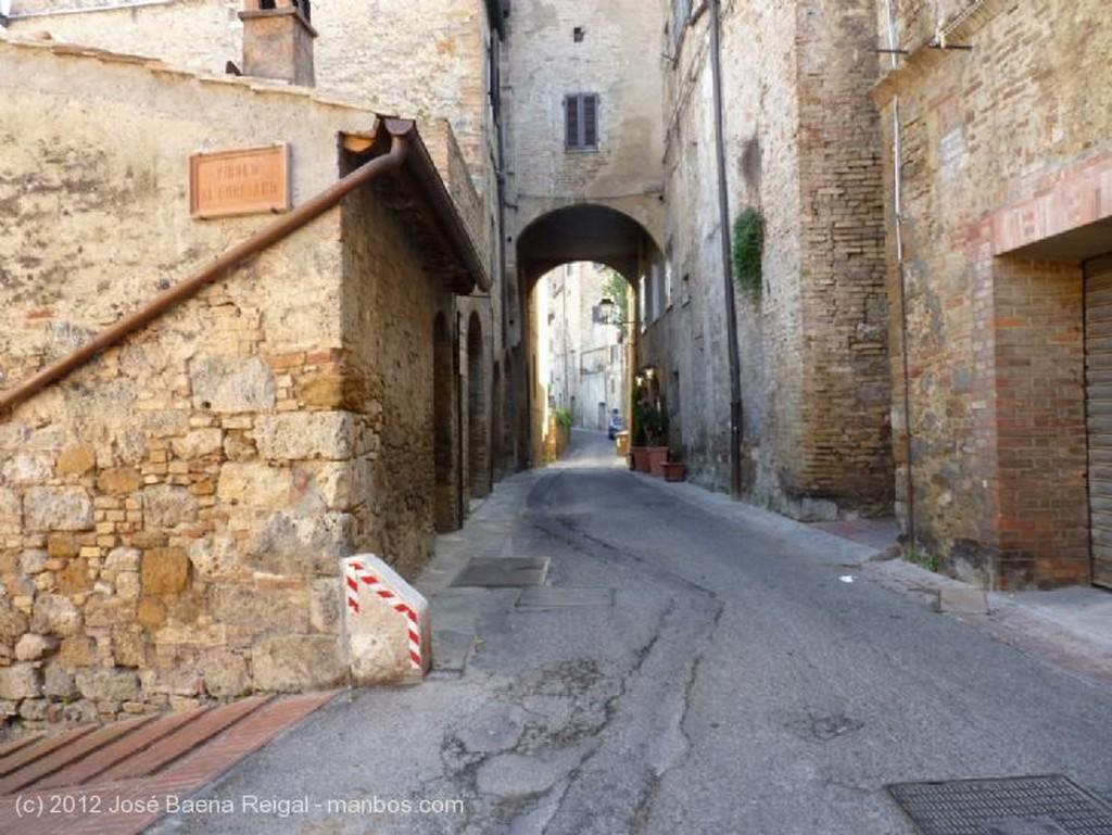 San Gimignano Fachada con colada Siena