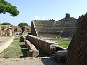 Foto de Ostia Antica, Teatro, Italia - Escena y cavea