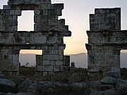 Foto de Apamea, Siria - Anochecida en las ruinas
