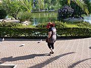 Foto de Benalmadena, Parque  de la Paloma, España - Pan para las palomas