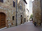 Viale Piazza delle Erbe, San Gimignano, Italia