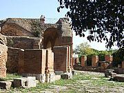 Foto de Ostia Antica, Teatro de Ostia, Italia - Muros del teatro