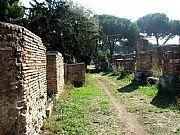 Foto de Ostia Antica, Via delle Tombe, Italia - Camino entre ruinas